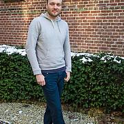 """Amsterdam, 12-01-2013. Arjen Lubach debuteerde op 26-jarige leeftijd met de roman """"Mensen die ik ken die mijn moeder hebben gekend"""". Zijn doorbraak kwam met zijn derde boek """"Magnus"""". Na drie romans verschijnt op 20 februari 2013 van zijn hand de vaderlandse thriller """"IV"""". Met het schrijven van zijn eerste thriller ontdekte Lubach een nieuw aspect van zijn veelzijdigheid. Naast schrijven houdt Arjen zich bezig met theater, filmscenario's en werkzaamheden voor radio en televisie. Hij is maker van de Koefnoen-Rapservice."""
