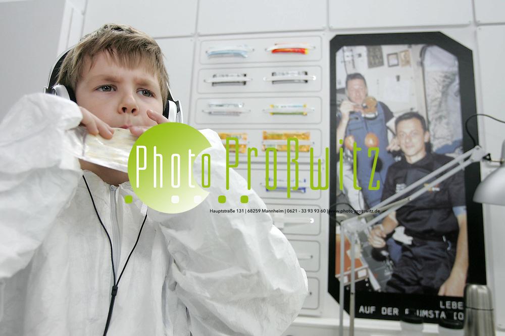 Mannheim. LTA. Kinder im Landesmuseum f&uuml;r Technik und Arbeit in<br /> Mannheim auf eine fast echte Reise zum Mars begeben:<br /> Im Rahmen der Gro&szlig;en Landesausstellung<br /> &bdquo;Abenteuer Raumfahrt. Aufbruch ins Weltall&ldquo; wird<br /> mit &bdquo;Space for kids&ldquo; ein eigener Bereich f&uuml;r die vier-<br /> bis zehnj&auml;hrigen Besucher er&ouml;ffnet.<br /> Mit innovativen p&auml;dagogischen Methoden bietet &bdquo;Space<br /> for kids&ldquo; Kindern die M&ouml;glichkeit, im Weltall zu experimentieren.<br /> Bereits im Foyer des Landesmuseums erhalten<br /> die Kinder ihre Bordkarte, die die Startzeit und die<br /> Forschungsauftr&auml;ge zeigt, die auf die jungen Astronauten<br /> warten. Ein Mentor empf&auml;ngt die Crew und bereitet<br /> sie auf den Start vor. Die Kinder ziehen sich um und<br /> erhalten Instruktionen zum Ablauf der Exkursion und zur<br /> notwendigen Zusammenarbeit.<br /> Wie bei echten Astronauten ist auch bei &bdquo;Space for kids&ldquo;<br /> k&ouml;rperliches Training eine Grundvoraussetzung. Die<br /> Kinder bekommen mit Hilfe entsprechender Ger&auml;te erste<br /> Vorstellungen von Gleichgewichts- und Orientierungsproblemen<br /> im All. Im Anschluss werden sie mit der<br /> Expeditionsausr&uuml;stung ausgestattet. Dann wird die Reiseroute<br /> erkundet: Auf eine Leinwand werden neueste<br /> Bilder von Planeten und von Raumfahrtmissionen projiziert.<br /> Die Bewegungen der Erde, die Positionen zur<br /> Sonne, zum Mond, zum Mars und die entsprechenden<br /> Umlaufbahnen werden genau studiert und k&ouml;nnen durch<br /> bewegliche Modelle ver&auml;ndert werden.<br /> Jetzt beginnt die Reise zum Mars: Startger&auml;usche ert&ouml;nen,<br /> die Rakete hebt ab. Nach gelungener Landung<br /> befinden sich die Kinder auf dem Planeten Mars. Ausger&uuml;stet<br /> mit Helmen und Handschuhen betreten sie die<br /> &ouml;de Marslandschaft und gehen kniffligen Fragen nach:<br /> Wird es f&uuml;r uns einmal m&ouml;glich sein,