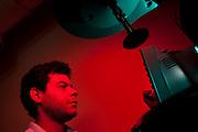 Belo Horizonte_MG, Brasil...Laboratorio de Quimica da UFMG. Na foto um pesquisador utilizando um equipamento de pesquisa...Chemistry Laboratory of UFMG. In this photo a researcher using a research equipament...FOTO: LEO DRUMOND /  NITRO.