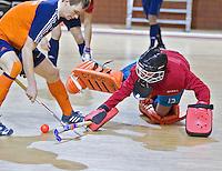 ALMERE - Het Nederlands Zaalhockeyteam oefent voor het WK in Polen. Keeper Vincent van de Peppel en Mirco Pruijser. ANP COPYRIGHT KOEN SUYK