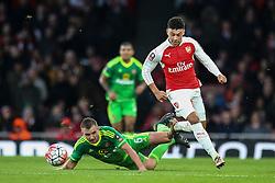 Lee Cattermole of Sunderland lets Alex Oxlade-Chamberlain of Arsenal through - Mandatory byline: Jason Brown/JMP - 07966386802 - 09/01/2016 - FOOTBALL - Emirates Stadium - London, England - Arsenal v Sunderland - The Emirates FA Cup