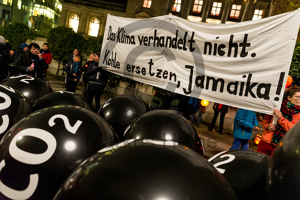 Deutschland, Berlin - 16.11.2017<br /> <br /> Am letzten Tag der Sondierung der Jamaika-Verhandlungen forderten mehrere hundert Demonstranten einen Ausstieg aus der Kohle. Vor der parlamentarischen Gesellschaft formten sie eine symbolische &quot;Rote Linie&quot; um zu sagen &bdquo;bis hier hin und nicht weiter - die deutsche Kohlepolitik muss sich &auml;ndern&ldquo;.<br /> <br /> Germany, Berlin - 16.11.2017<br /> <br /> On the last day of exploring the Jamaica negotiations, several hundred demonstrators called for an exit from coal. Before the parliamentary society, they formed a symbolic &quot;red line&quot; to say &quot;this far and not further - the German coal policy must change&quot;.<br /> <br />  Foto: Markus Heine<br /> <br /> ------------------------------<br /> <br /> Ver&ouml;ffentlichung nur mit Fotografennennung, sowie gegen Honorar und Belegexemplar.<br /> <br /> Bankverbindung:<br /> IBAN: DE65660908000004437497<br /> BIC CODE: GENODE61BBB<br /> Badische Beamten Bank Karlsruhe<br /> <br /> USt-IdNr: DE291853306<br /> <br /> Please note:<br /> All rights reserved! Don't publish without copyright!<br /> <br /> Stand: 11.2017<br /> <br /> ------------------------------