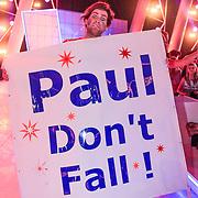 NLD/Hilversum/20130126 - 5e Liveshow Sterren Dansen op het IJs 2013, Paul Turner met spandoek