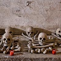 Il cimitero dei Sacconi Rossi all'Isola Tiberina a Roma