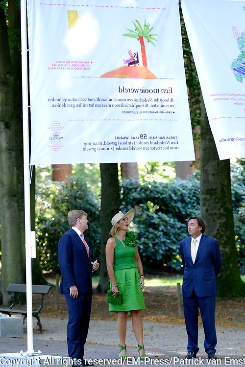 Het Droomboek is vandaag gepresenteerd op Paleis Het Loo in Apeldoorn. Het eerste exemplaar van het boek met toekomstdromen voor ons Koninkrijk werd aangeboden aan Koning Willem-Alexander in het bijzijn van honderden trotse inzenders van de dromen en Koningin Maxima.<br /> <br /> The Dream Book is presented today at Het Loo Palace in Apeldoorn. The first copy of the book with dreams of the future for our Kingdom was offered to King Willem-Alexander in front of hundreds of proud contributors of the dreams and Queen Maxima.<br /> <br /> Op de foto / On the photo: <br />  Koning Willem Alexander en koningin Máxima / King Willem Alexander and Máxima Queen