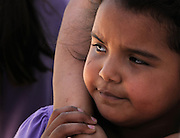 A young girl, who clings to her mother in Altar, Sonora, Mexico, hopes to migrate to the United States with her mother and sister, where the three can escape an abusive relationship.  They wait near a plaza where others gather to be transported to the Mexican border at Arizona, where migrants enter the United States illegally.  Her mother seeks to appeal to American authorities to grant her refuge in the U.S. due to her situation.