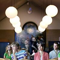 Nederland, Amsterdam , 9 juni 2011..Aankomende Theologie studenten luisteren aandachtig in de Kerkzaal tijdens de informatiedag omtrent de studie Theologie aan de VU..Foto:Jean-Pierre Jans