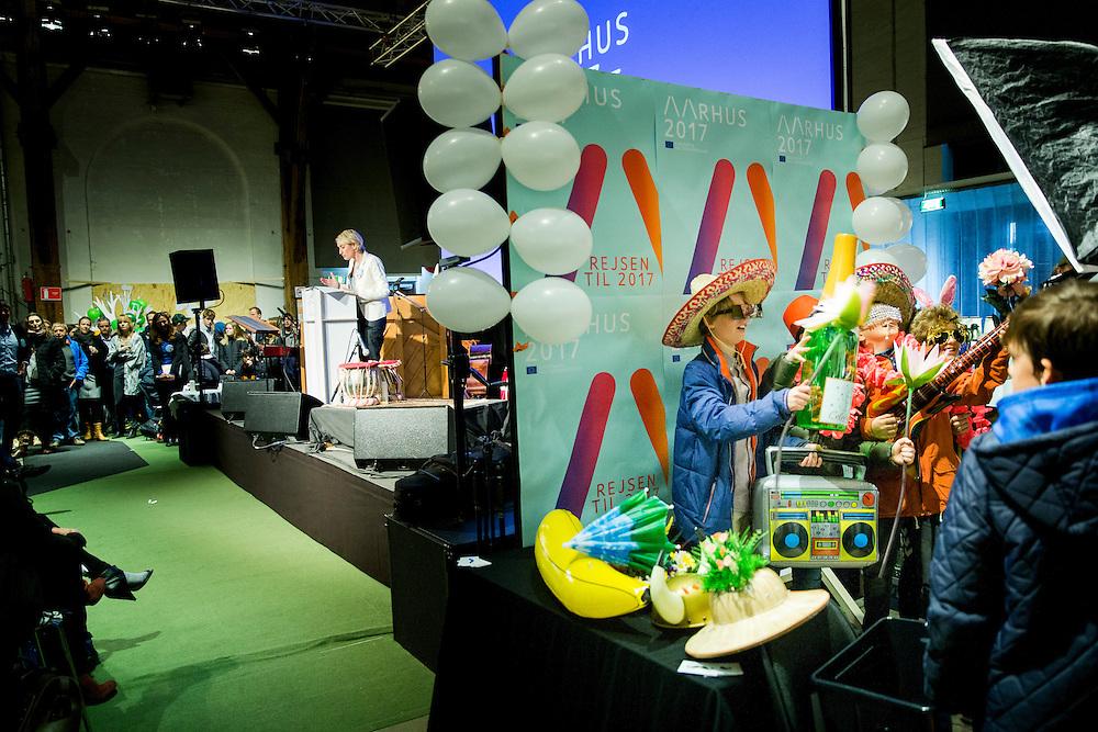 Administrerende direktør Rebecca Matthews byder velkommen til udstillingen Rejsen til 2017 som også er officielt startskud på Aarhus2017 europæisk kultur hovedstad. Imens de unge drenge hygger sig med udklædnings tøj