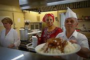 Marietou Kouyaté cuisinière et ses collègues servent les repas tous les jours.