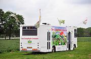 Nederland, Nijmegen, 13-5-2012Op een weiland vlak buiten de stad heeft een christelijke organisatie, het lichtpunt, een grote tent geplaatst waar diensten ter evangelisatie worden gehouden. De club komt uit Voorthuizen, in de bible belt.Foto: Flip Franssen