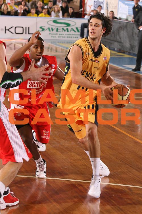 DESCRIZIONE : Porto San Giorgio Lega A1 2007-08 Premiata Montegranaro Scavolini Spar Pesaro <br /> GIOCATORE : Luca Vitali <br /> SQUADRA : Premiata Montegranaro <br /> EVENTO : Campionato Lega A1 2007-2008 <br /> GARA : Premiata Montegranaro Scavolini Spar Pesaro <br /> DATA : 21/10/2007 <br /> CATEGORIA : Penetrazione <br /> SPORT : Pallacanestro <br /> AUTORE : Agenzia Ciamillo-Castoria/G.Ciamillo
