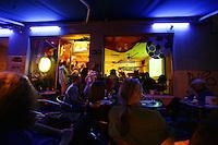Feature WM          Argentinische Fans verfolgen im Cafe sur in der koelner Suedstadt die Partie Argentinien gegen Holland.