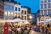 Restaurants und Cafés auf der Grand Place bei Dämmerung, Mons, Hennegau, Wallonie, Belgien, Europa | restaurants and cafes on Grand Place at dusk, Mons, Hennegau, Wallonie, Belgium, Europe