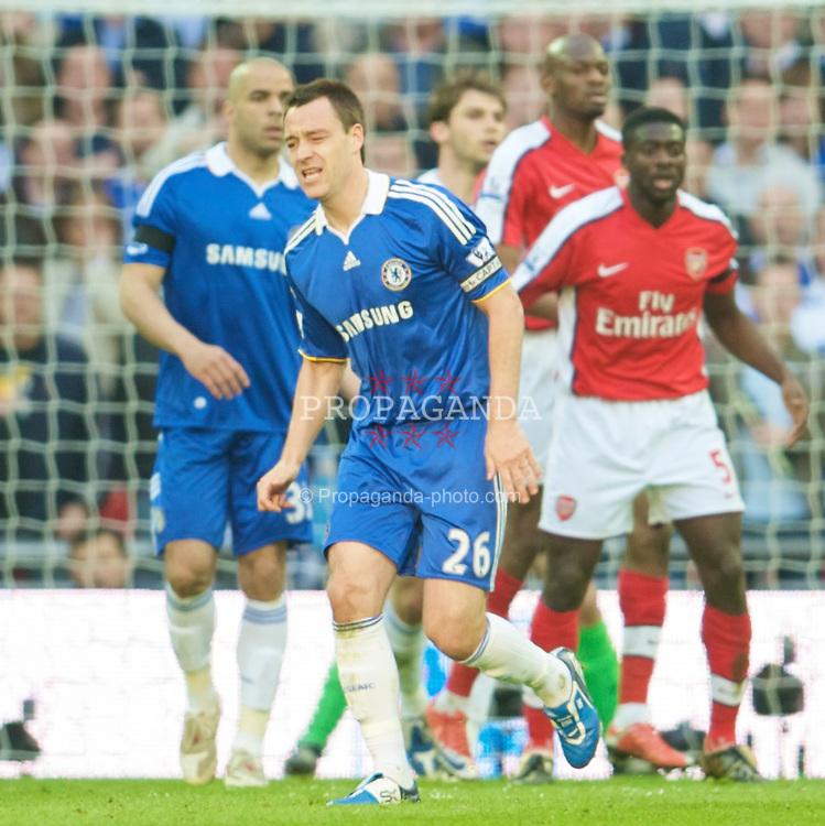 LONDON, ENGLAND - Saturday, April 18, 2009: Chelsea's captain John Terry picks up an injury against Arsenal during the FA Cup Semi-Final match at Wembley. (Photo by: David Rawcliffe/Propaganda)