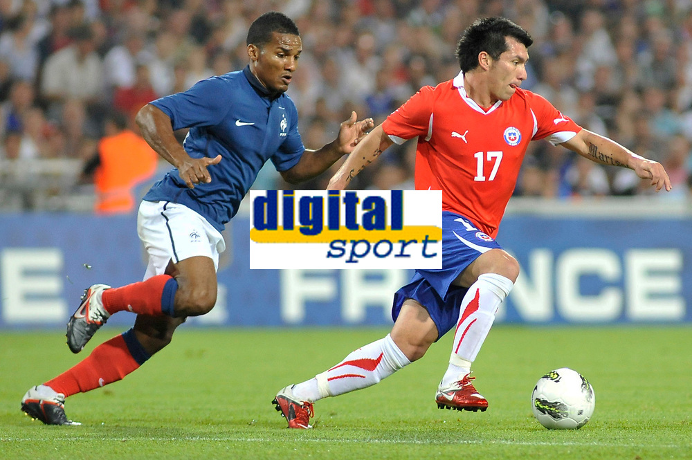FOOTBALL - FRIENDLY GAME - FRANCE v CHILI - 10/08/2011 - PHOTO SYLVAIN THOMAS / DPPI - GARY MEDEL (CHI) / FLORENT MALOUDA (FRA)
