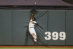 SAN FRANCISCO, CA - APRIL 18:  Denard Span #2 of the San Francisco Giants leaps for but is unable to catch a fly ball hit for a home run by Welington Castillo (not pictured) of the Arizona Diamondbacks during the fourth inning at AT&T Park on April 18, 2016 in San Francisco, California.  (Photo by Jason O. Watson/Getty Images) *** Local Caption *** Denard Span