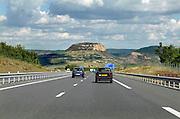 Frankrijk, Auvergne, 20-9-2008Zicht op het typische landschap vanuit de auto op de snelweg.View of the typical landscape from the car on the highway.Foto: Flip Franssen/Hollandse Hoogte