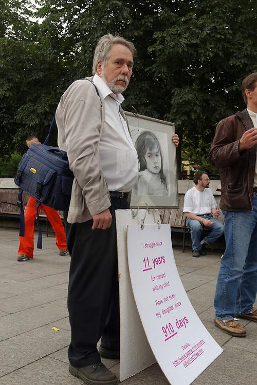 14 JUL 2001, BERLIN/GERMANY:<br /> Eltern, meist Vaeter, demonstrieren gegen die Trennung von ihren Kindern (i.d.R. durch Scheidung von einem auslaendischen Partner), viele haben Bilder ihrer Kinder und  einen Zettel mit der Anzahl der Besuche seit der Anzahl der Tage der Trennung, Breitscheidplatz vor der Gedaechniskirche<br /> IMAGE: 20010714-01-001<br /> KEYWORDS: Scheidungskind, Scheidungskinder, Demo, Demonstration, Demonstrant, demonstrator, Protest