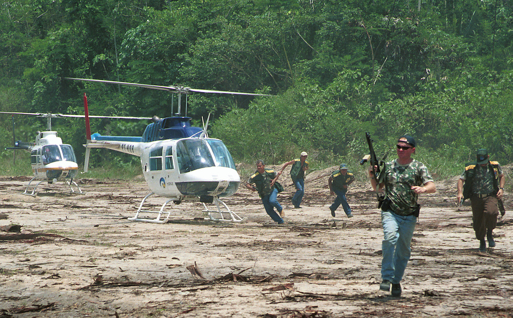 October 27, 2001.Carajari River, Middle Land, Brazilian Amazon . Government officials busting a logging camp where hundreds of illegal mahogany logs were kept behind dams ..(C) Daniel Beltra/Greenpeace
