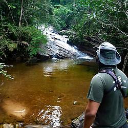 Este é o local da foto que foi usada no convite de lançamento para o projeto na Reserva Biológica de Duas Bocas, em Cariacica/ES. Leonardo Merçon está contemplando a paisagem momentos antes de fazer a foto do convite. Para ele, é sempre fantástico encontrar lugares como este, perdido no meio da Mata Atlântica.