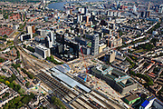Nederland, Zuid-Holland, Rotterdam, 23-05-2011; Groothandelsgebouw (r, beneden) en in het verlengde daarvan Delftse Poort aan het Weena met het Hofplein . Tegenover Delftse Poort het Manhattan Hotel en De Doelen. Nieuwbouw Centraal Station met nieuwe overkapping voor HSL. Rechts boven de Willemsbrug and the Erasmusbrug over de Nieuwe Maas, het Noordereiland en de Kop van Zuid..Groothandelsgebouw and the high rise Delftse Poort (multi-business complexes) at the Weena (street with the Hofplein..New construction railway station with new roof for HST. In front of the Delftse Poort the Manhattan Hotel. In front of the Delftse Poort the Manhattan Hotel. The Willemsbrug over the river Nieuwe Maas (t,r).luchtfoto (toeslag), aerial photo (additional fee required).copyright foto/photo Siebe Swart