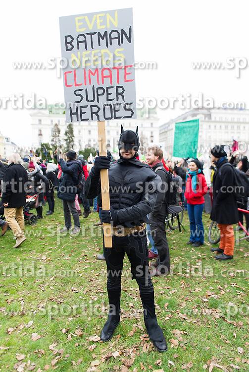 """29.11.2015, Innere Stadt, Wien, AUT, Globaler Marsch """"System Change, not Climate Change!"""" anlässlich des ab morgen stattfindenden Klimagipfel """"COP21"""" in Paris. im Bild Demonstrant im Batman Kostüm // Demonstrator in a Batman costume during global climate march in austria according climate summit in paris in the inner city in Vienna, Austria on 2015/11/29 EXPA Pictures © 2015, PhotoCredit: EXPA/ Michael Gruber"""