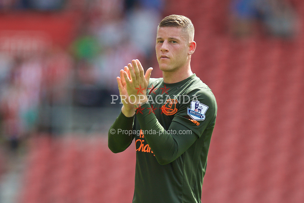 SOUTHAMPTON, ENGLAND - Saturday, August 15, 2015: Everton's Ross Barkley applauds the supporters after the 3-0 victory over Southampton during the FA Premier League match at St Mary's Stadium. (Pic by David Rawcliffe/Propaganda)