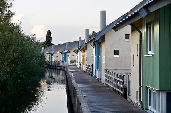 Nederland, Gelderland, Maasbommel, 19-8-2014Drijvende woningen in het water van recreatiegebied De Gouden Ham, een waterplas van de rivier de Maas. De recreatiewoningen maken onderdeel uit van een complex van buitendijks gebouwde huizen, die gaan drijven bij hoog water, de woningen zijn bevestigd aan meerpalen om verschillen in waterhoogte op te vangen. Floating houses in the river Maas.FOTO: FLIP FRANSSEN/ HOLLANDSE HOOGTE
