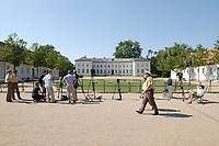 28 JUN 2003, NEUHARDENBERG/GERMANY:<br /> Kamerastative und Polizisten vor dem Schloss, waehrend der Klausurtagung des Bundeskanbinetts, Schloss Neuhardenberg, Brandenburg<br /> IMAGE: 20030628-01-058<br /> KEYWORDS: Kabinettsklausur, Schloß Neuhardenberg,