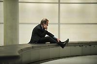 13 NOV 2008, BERLIN/GERMANY:<br /> Franz Muentefering, SPD Parteivorsitzender, telefoniert alleine auf der Fraktionsebene, Deutscher Bundestag<br /> IMAGE: 20081113-01-164<br /> KEYWORDS: Franz Müntefering, Telefon, phone, Handy, Mobiltelefon