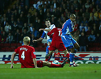 Fotball<br /> Premier League England 2004/2005<br /> Foto: SBI/Digitalsport<br /> NORWAY ONLY<br /> <br /> 30.10.2004<br /> Blackburn Rovers v Liverpool<br /> <br /> Blackburn's Brett Emerton (C) squeezes his shot through the Liverpool defence to put his team back into the lead.