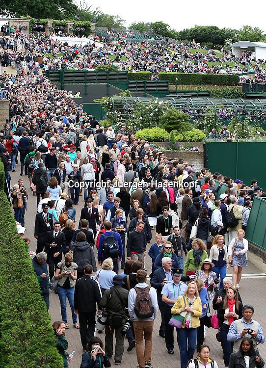 Wimbledon Championships 2013, AELTC,London,<br /> ITF Grand Slam Tennis Tournament,Menschen stroemen auf die Anlage, dicht gedraengt,Massenandrang,Zuschauer,Hochformat,Feature,