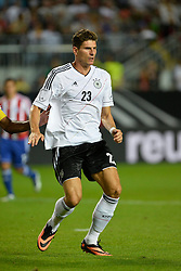 14.08.2013, Fritz Walter Stadion, Kaiserslautern, GER, Testspiel, Deutschland vs Paraguay, im Bild Mario Gomez (GER) erwartet Pass Aktion hoch Hochformat // during the international friendly match between Germany and Paraguay at Fritz Walter Stadium, Kaiserslautern, Germany on 2013/08/14. EXPA Pictures &copy; 2013, PhotoCredit: EXPA/ Eibner/ Michael Weber<br /> <br /> ***** ATTENTION - OUT OF GER *****