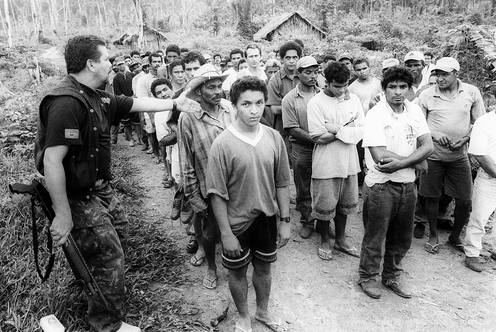 Trabalho escravo na fazenda Tuerê no município Senador José Porfírio, vicinal principal da transamazônica - Pará / Dezembro de 2001..126 trabalhadores escravizados na grilagem de 180 alqueires do fazendeiro e médico oftalmologista José Nicomedes e do empreiteiro Alberto Danga auxiliado pelos gatos Rubens, Coca e pelo cantineiro Renê..Work slave in the farm Tuerê in the municipal district Senator José Porfírio, local main of the trans-Amazonian - Pará / December of 2001.  .126 workers enslaved in the grilagem of 180 bushels of the farmer and doctor eye specialist José Nicomedes and of contractor Alberto Danga aided by the cats Rubens, Coca and for tavern keeper Renê.