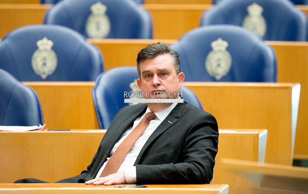 DEN HAAG - tweede kamer Emiel Roemer, SP , politiek; volksvertegenwoordiger; politicus; tweede kamerlid; portret, parlementarier, interruptiemicrofoon, copyright robin utrecht