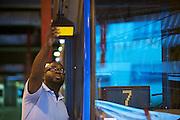 Chauffeurs faisant leurs routines d'inspection de leur bus avnat le de?part