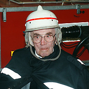 Reunie brandweer Huizen, oude man met brandweerhelm