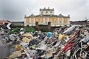 Italie, Carditello, 6-3-2008..Afvalbergen in de straten van Napels en omgeving. De stad weet met zijn afval geen raad meer en in het hele gebied liggen illegale hopen afval. Een nieuwe vuilverbrandingsoven is pas in 2009 bedrijfsklaar. Tot die tijd heeft de maffia, camorra grote invloed op de afvalverwerking van deze stad...Industrieel afval en huishoudelijk afval veroorzaken grote water en bodemvervuiling, terwijl de streek een belangrijk tuinbouwgebied is. Op de foto rotzooi bij het verlaten jachtslot Carditello..Foto: Flip Franssen