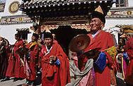 Mongolia. Maidar Buddhist ceremony  Erden Zuu, Karakorum      /  Procession boudhiste du Maidar.  (Monastère de Erdeni Zuu à Qaraqorin (Karakorum) Mongolie ),Moines-musiciens devant le Labrang. Le char de la cérémonie va s'ébranler dans une musique tonitruante : joueurs de cymbales tselnim, de clochette könk et de conque dung buree (mong.) s'en donnent à coeur joie dans une musique d'ensemble. (Karakorum) /  R50/147     P0007416