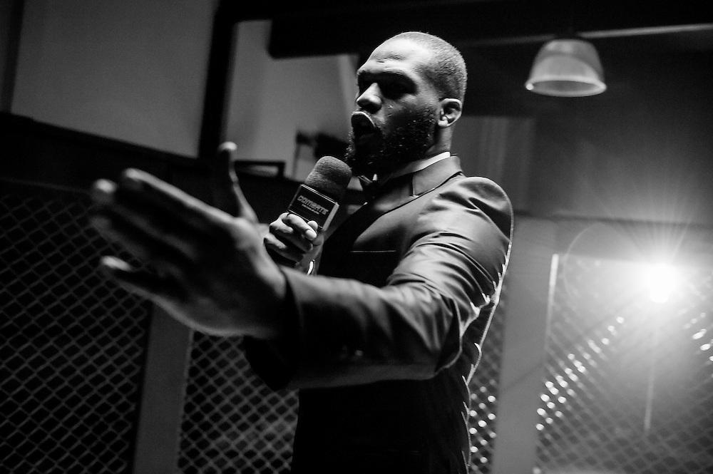 S&atilde;o Paulo/SP - 26/05/2014. O campe&atilde;o do UFC Jon Jones participa da filmagem da propaganda do canal Combate, para a Globosat, em uma academia em S&atilde;o Paulo, Brasil. Foto: Daniel De&aacute;k.<br /> S&atilde;o Paulo/SP - 26/05/2014. The UFC champion Jon Jones films a TV add for Canal Combate, for Globosat TV Network, in academy in S&atilde;o Paulo, Brazil. Photo: Daniel De&aacute;k.