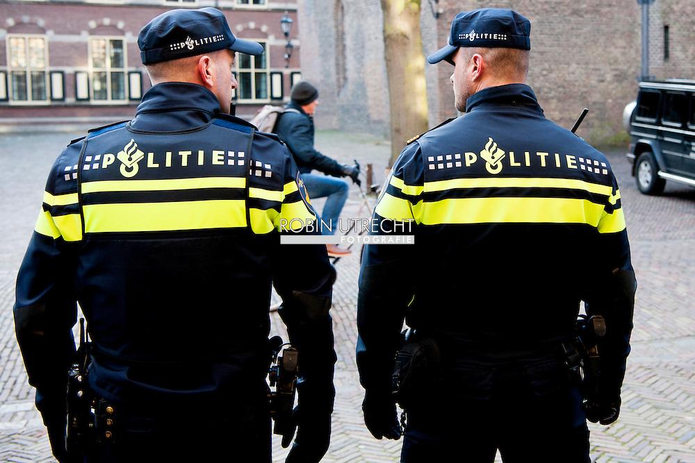 DEN HAAG - politie agent agenten op  het binnenhof politiek beveiligen , beveiliging , marechaussee   COPYRIGHT ROBIN UTRECHT