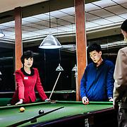 Dans les sous sols de l'hôtel Yanggkado, des jeunes coréens jouent au billard, un de leur passe temps favori, avec le ping pong.