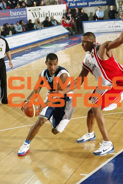 DESCRIZIONE : Varese Lega A1 2005-06 Whirlpool Pallacanestro Varese Roseto Basket<br /> GIOCATORE : Flores  <br /> SQUADRA : Roseto Basket<br /> EVENTO : Campionato Lega A1 2005-2006 <br /> GARA : Whirlpool Pallacanestro Varese Roseto Basket<br /> DATA : 03/03/2006 <br /> CATEGORIA : Palleggio<br /> SPORT : Pallacanestro <br /> AUTORE : Agenzia Ciamillo-Castoria/G.Cottini