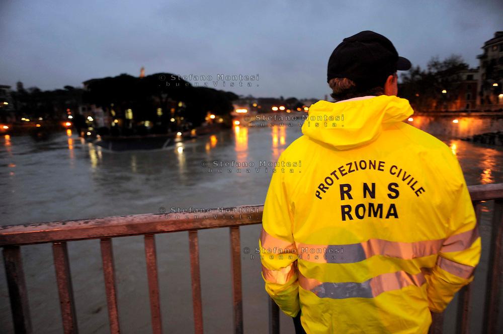 Roma 12 Dicembre 2008.Il fiume Tevere in piena per le piogge all'Isola  Tiberina..Rome 8 December 2008.The river Tiber in flood  for the rains, the Tiberina  Island.