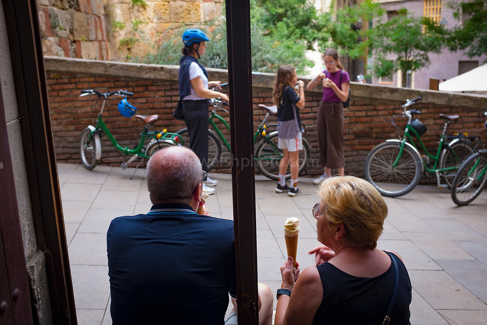 Couple eating organic ice cream at Swiit Ice Cream in Baixada de Viladecols, Barcelona.