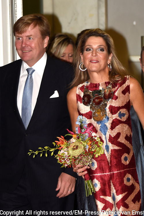 Koning Willem-Alexander en koningin Maxima zijn aanwezig bij de  premierevoorstelling Ode aan de Meester, een eerbetoon aan choreograaf. <br /> <br /> King Willem-Alexander and Queen Maxima are present at the premiere performance Ode aan de Meester, a tribute to choreographer.<br /> <br /> Op de foto / On the photo:  Koning Willem-Alexander en koningin Maxima komen aan bij het Nationale Opera &amp; Ballet <br /> <br /> King Willem-Alexander and Queen Maxima arrive at the National Opera &amp; Ballet