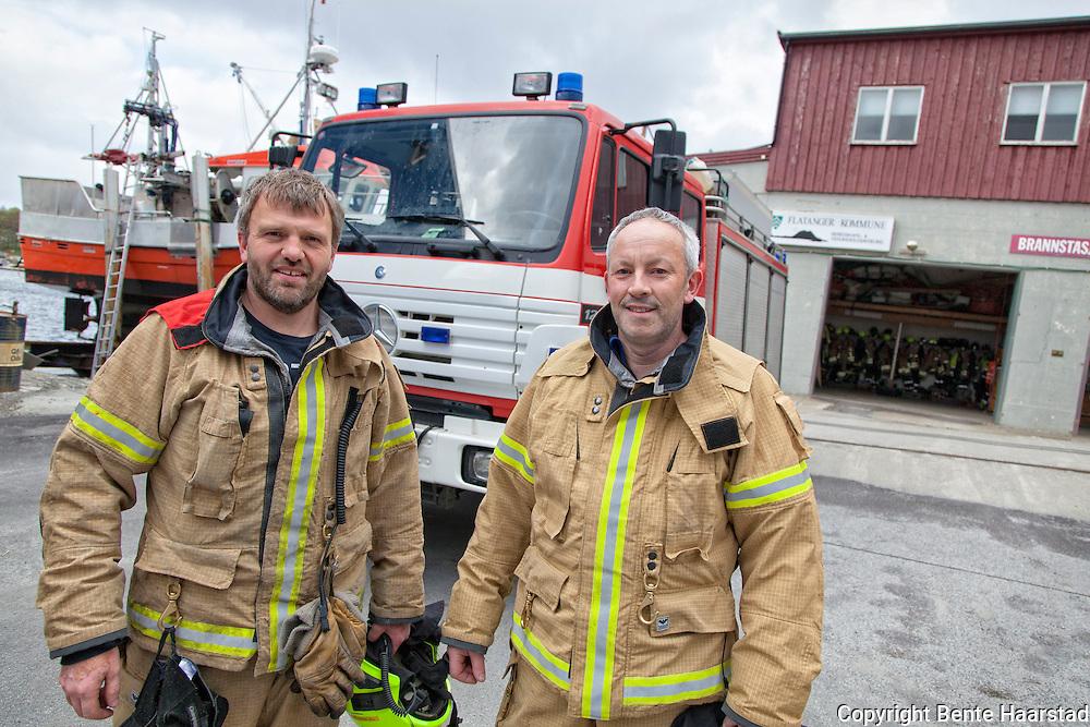 Tor Roald Lindseth (t.v.), brannkostabel og utrykningsleder, og Narve Iversen, brannkostabel. Begge var med fra starten av kampen mot katastrofebrannen i januar 2014. Mannskapet har akkurat fått nye brannklær, og også brannbilen fra 1996 er i ferd med å bli skiftet ut med en ny. Brannstasjonen i Flatanger ligger på kaia rett utenfor sentrum i Lauvsnes.