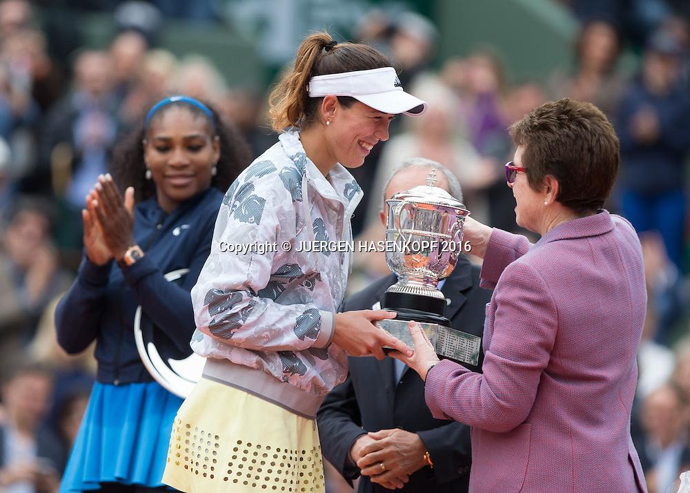 Billie Jean King uebergibt der Siegerin Garbine Muguruza den Pokal im Hintergrund stehen Finalistin Serena Williams und FFT Praesident Jean Gassachin, Damen Final, Endspiel,Praesentation,<br /> <br /> Tennis - French Open 2016 - Grand Slam ITF / ATP / WTA -  Roland Garros - Paris -  - France  - 4 June 2016.