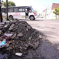 Toluca, México (Junio 24, 2016).- Después de llevarse a cabo la repavimentación de la calle Enrique Olascoaga, en la colonia Unión, dejaron olvidado el cascajo, en donde algunos peatones aprovecharon para empezar a dejar su basura, los vecinos de la zona piden se retire el escombro del lugar.  Agencia MVT / Crisanta Espinosa.