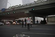 Troisième périphérique Est, dans les jambes de la nouvelle tour de la CCTV. Soir du 17 mars 2012.